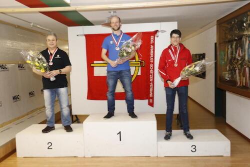 02 Sieger Elite Kniend